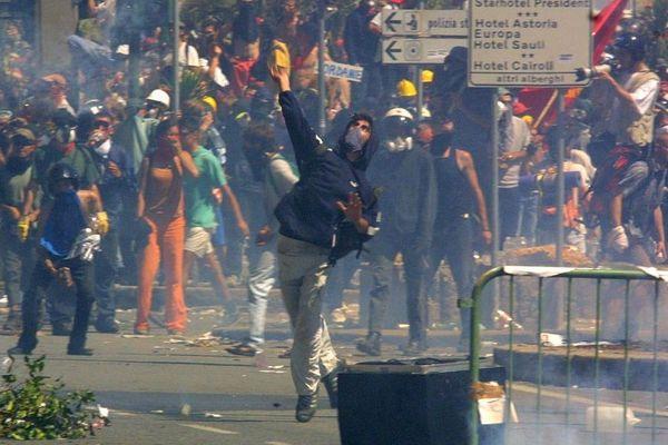 Les confrontations entre manifestants et forces de l'ordre italiennes ont été particulièrement violentes cette fin juillet 2001 à Gênes.
