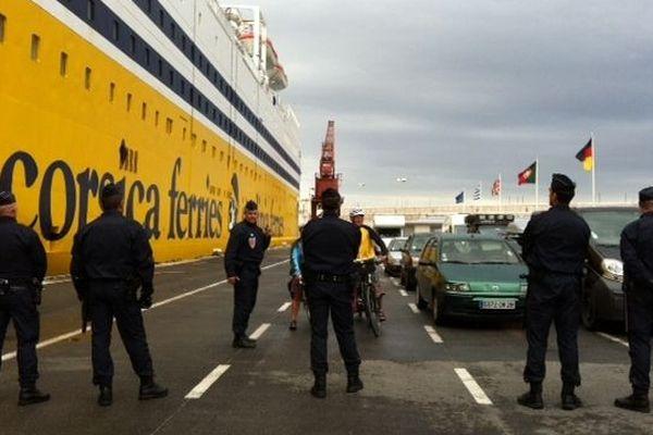 15h30: 150 membres des forces de l'ordre surveillent le débarquement.