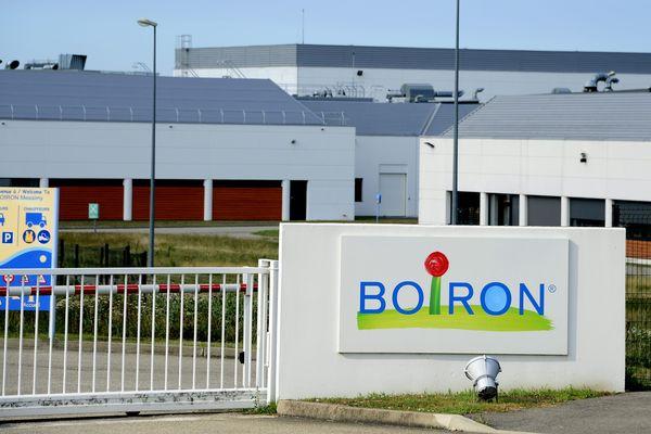 Le laboratoire lyonnais Boiron a annoncé mercredi plus de 600 suppressions de postes enFrance, soit un quart de l'effectif dans le pays, et la fermeture d'unde ses trois sites de production. Il attribue cette décision au déremboursementde l'homéopathie décidée par le gouvernement.