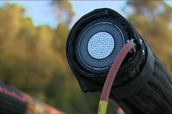 Câble de ligne à haute tension à Sommières (Gard), novembre 2019