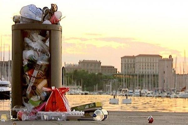 Une poubelle qui déborde sur le Vieux-Port de Marseille.