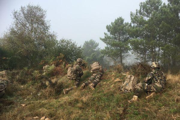 Exercice de terrain pour des élèves de l'Académie militaire de Saint-Cyr Coëtquidan. L'aguerrissement au contact du terrain fait partie intégrante de la formation des élèves officiers.
