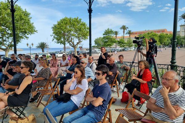 Le public, attentif, écoute les discussions menées par les élus et les collectifs.