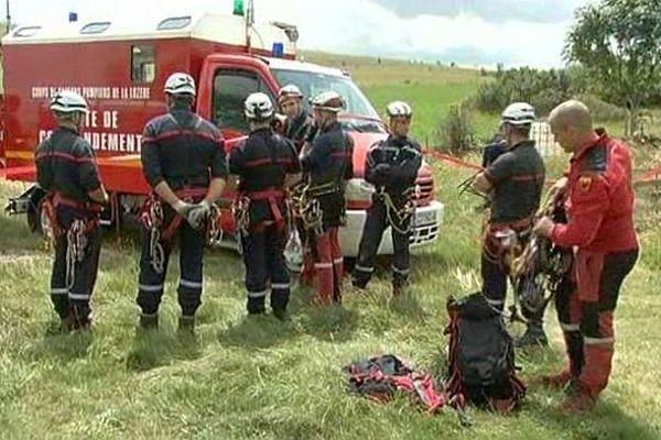 Hures-la-Parade (Lozère) - les secours s'apprêtent à remonter une spéléologue anglaise tombée dans un gouffre et blessée - 28 juillet 2014.