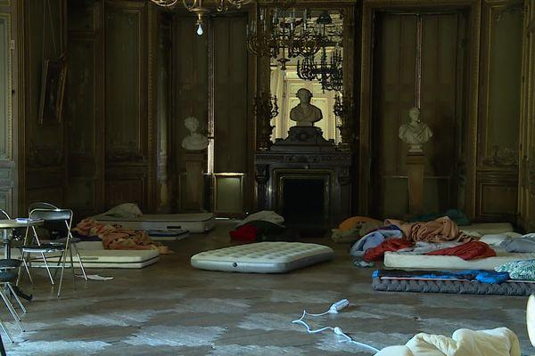Des dizaines de matelas jonchent le sol d'une salle du 2e étage du Grand Théâtre de Bordeaux alors que seul le hall devait être investi en accord avec la direction du site et la mairie de Bordeaux