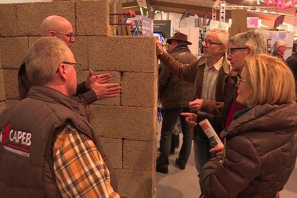 Une nouveauté qui intrigue les visiteurs, la brique de chanvre