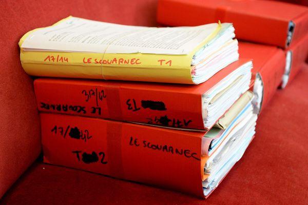 Les dossiers des avocats dans le jugement du premier volet de l'affaire Le Scouarnec.