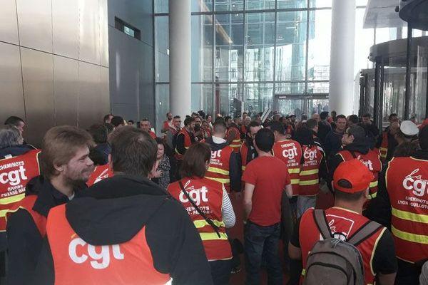 Plusieurs dizaines de manifestants ont occupé l'entrée de la tour Incity toute l'après-midi.