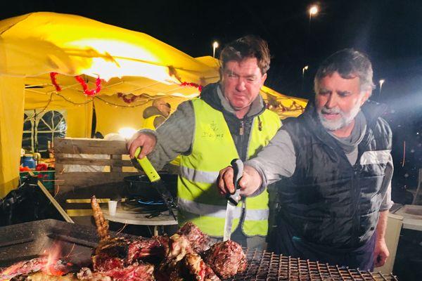 Michel et Dominique préparent le repas de Nöel pour les gilets jaunes.