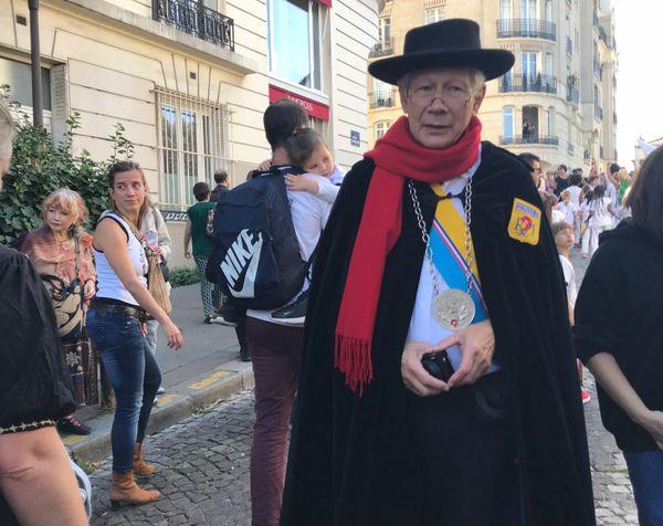 Un membre de l'association République de Montmartre, fondée en 1921.