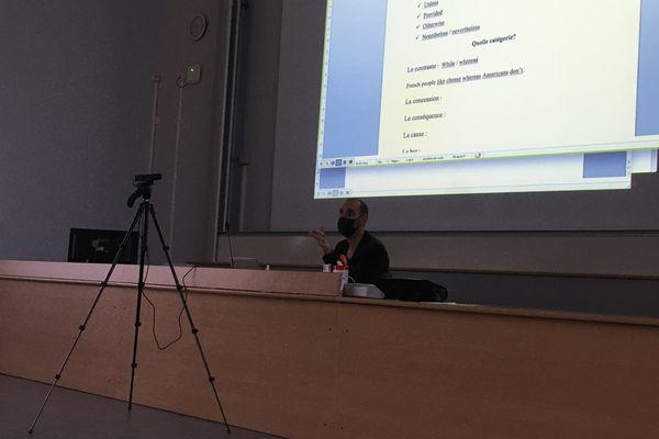 L'enseignant Nicolas Lejeune s'exprime devant ses élèves en présentiel, ce qu'il n'avait pas pu faire depuis mars 2020, tout en étant filmé et rediffusé via le logiciel Zoom.