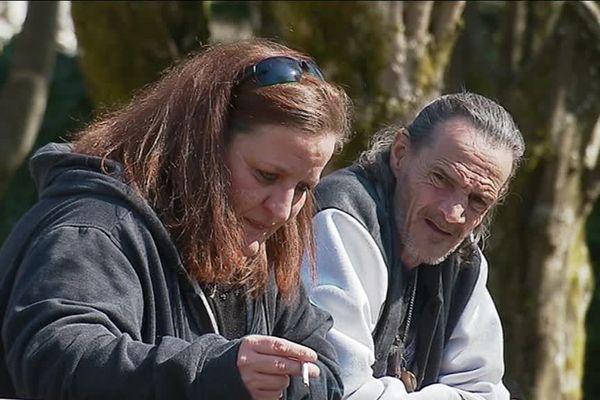 """Carole, bénévole de l'association L'ouvre-porte héberge chez elle """"Tonton"""", un SDF qui avait été victime d'un accident"""