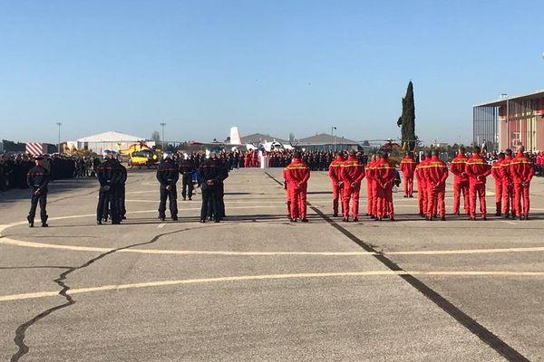 La cérémonie en hommage aux secouristes disparus pendant les intempéries a lieu en présence de 1.500 personnes et du chef de l'Etat, Emmanuel Macron. / vendredi 6 décembre 2019.