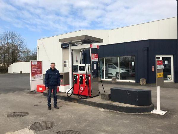 """""""On ne voit pas un chat !"""" Claude Poireau, garagiste pompiste à Coron dans le Maine-et-Loire."""