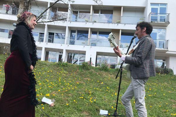Laure Nonique Desvergnes et Sébastien Chadelaud en pleine représentation dans le jardin de l'EHPAD des Fontaines à Tulle.