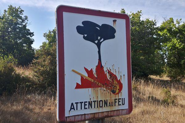 """Un panneau """"Attention au feu"""" aux abords d'une forêt - Photo d'illustration"""