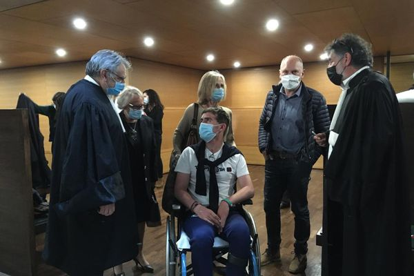 Jérémy entouré de ses parents et ses deux avocats Me Saint-Avit et Me Arcadio, à l'issue de l'audience ce mardi 27 avril 2021. Son agresseur a écopé de 8 ans de prison ferme.