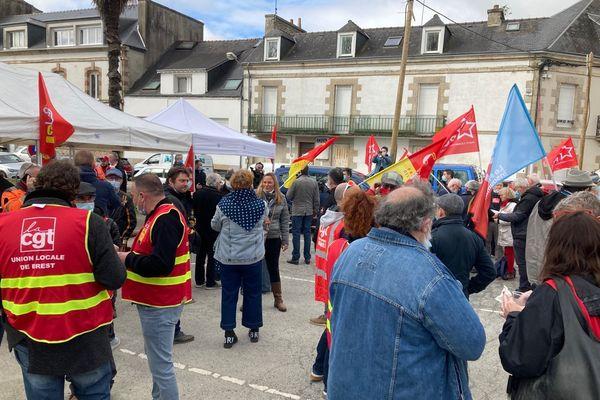 """Près de 250 personnes ont répondu à l'appel du collectif """"Centre Bretagne en train"""" mardi 16 mars devant la gare de Pontivy."""