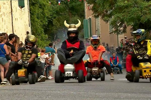 Traditionnelle course de tracteurs à Puyrémas dans le Vaucluse