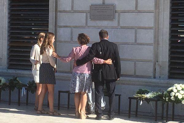 Moment de recueillement de la famille devant la plaque commémorative