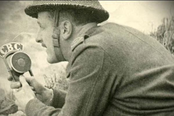 Marcel Ouimet, reporter pour la radio canadienne pendant le débarquement de la seconde guerre mondiale, pionnier du journalisme de guerre