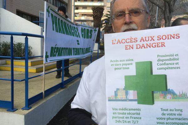 26/01/2017 - Manifestation des pharmaciens à Bastia (Haute-Corse) devant la CPAM.