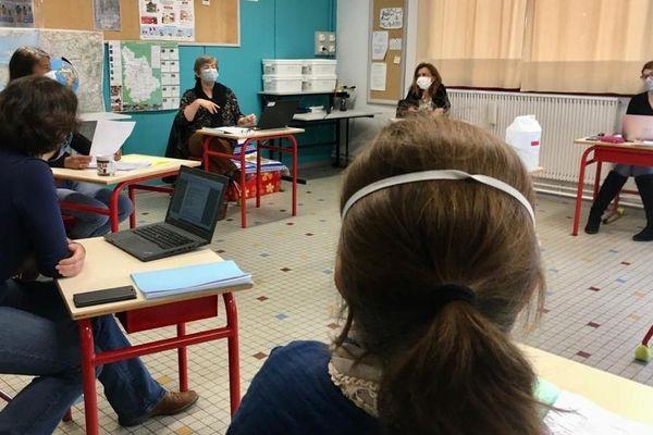 Directrice, enseignants et ATSEM de l'école Georges Pompidou des Ormes (Vienne) en pleine préparation de la rentrée ce lundi 11 mai.