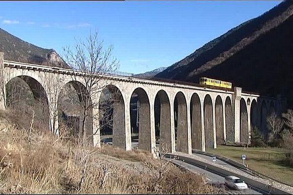 Le train jaune traverse la commune catalane de Thues-entre-Valls sur 10kms.