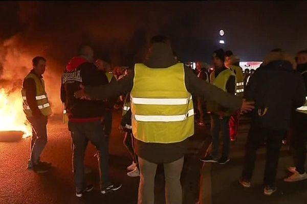 Les Gilets jaunes sur la zone commerciale de Langueux près de saint-Brieuc dans la nuit de dimanche à lundi