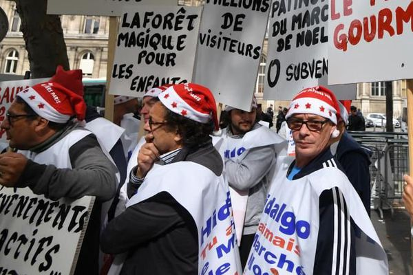 Des manifestants déguisés en père Noël protestent contre la fin annoncée du marché de Noël sur les Champs Elysées, le 3 juillet 2017 près de l'Hôtel de Ville de Paris.