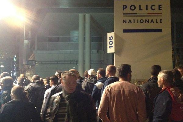 Rassemblement spontané devant le commissariat central de Clermont-Ferrand, mardi soir. Une centaine de policiers étaient présents.
