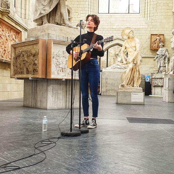 Ysé Sauvage dans la galerie David d'Angers