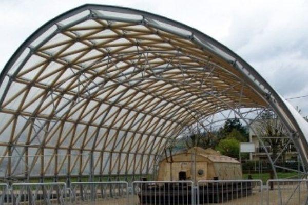 Cette réalisation de Shigeru Ban est une prouesse technique avec une charpente faite de tubes de carton, caractéristiques de l'architecte.