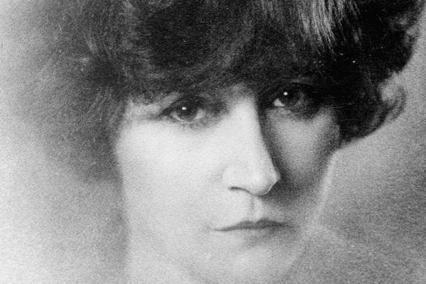 Colette, l'un des plus grands écrivains français, passa ses étés sur la plage de la Touesse à Saint-Coulomb de 1910 à 1926.
