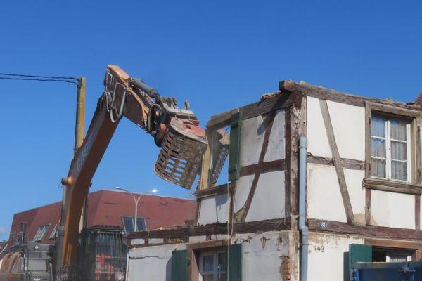 Démonter et reconstruire la maison aurait été une des solutions possibles.