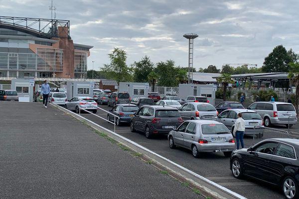 Ce lundi près de 200 voitures à l'ouverture du nouveau centre de dépistage du covid-19, au Zénith de Pau: le plus grand drive de France avec plus de 1000 tests/jours.