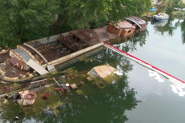 Le 16 août deux péniches sombraient dans l'Yonne, à droite, le troisième bateau encore intact.