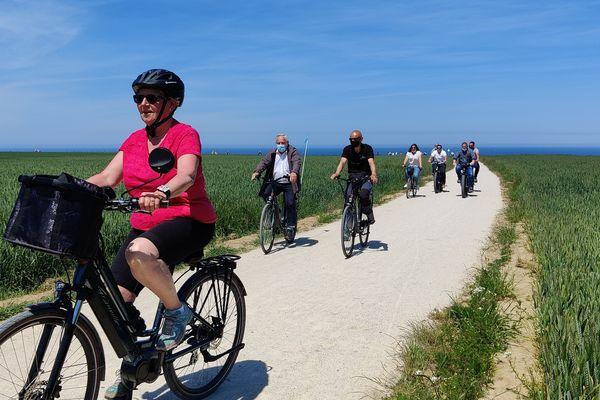Des cyclistes profitent des superbes paysages normands sans voiture.