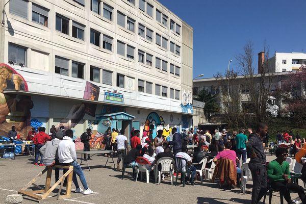 Après avoir défilé depuis la place des Charpennes, les familles et les soutiens se sont retrouvés pour un repas devant l'Amphi Z. Cet après-midi et jusqu'en fin de soirée, des concerts sont également programmés