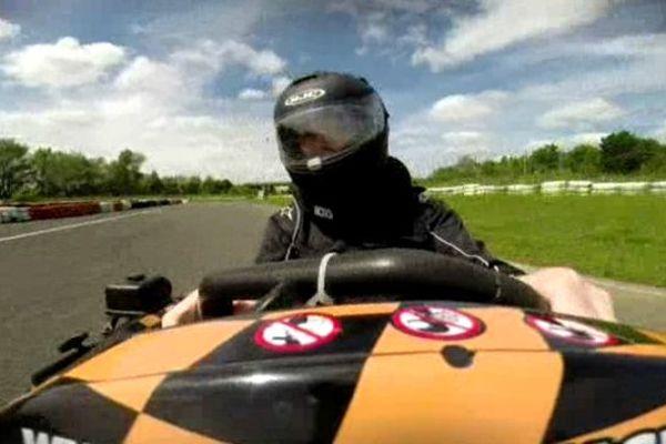 Handicapé, Christophe Métais pratique le karting sur le circuit de la Ville aux dames près de Tours. Une école officielle de la Fédération française du sport automobile.