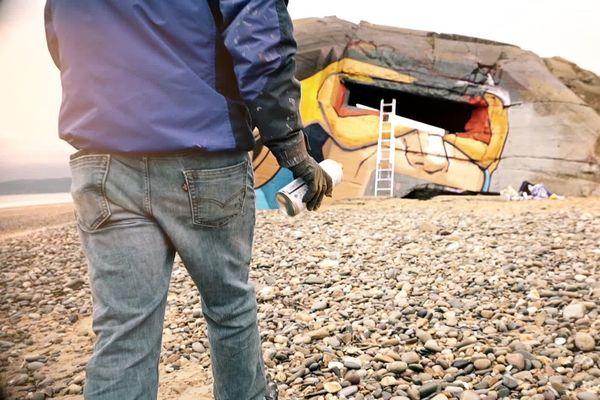 Le graffeur Blesea au travail à Biville dans le Cotentin