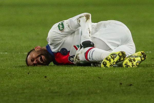 Juste après un choc avec un joueur caennais, Neymar est sorti du terrain tout seul et sans attendre que l'arbitre arrête le jeu, et a filé directement au vestiaire.