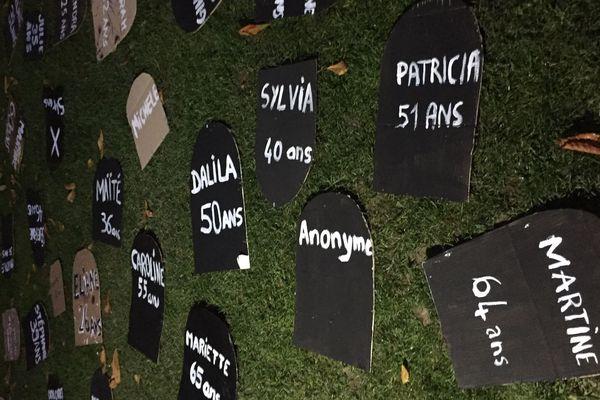 Lors d'une manifestation, des Amiénoises ont installé un cimetière fictif en hommage aux victimes de féminicides.