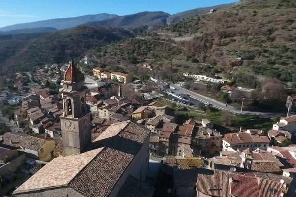 Perché à 650 mètres d'altitude, le village de Lucéram