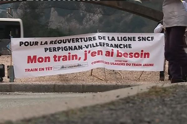 Les usagers de la ligne ferroviaire VIllefranche-de-Conflent - Perpignan (fermée depuis plus d'un an suite au tragique accident d'un bus scolaire à MIllas) sont en colère.