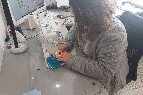 Nadège Parant, couturière professionnelle, a mobilisé toute une équipe dans le Puy-de-Dôme afin de confectionner des masques en tissu contre l'épidémie de coronavirus COVID 19.