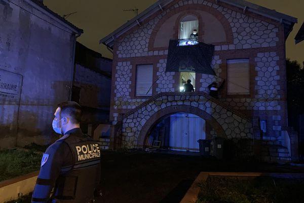Après le départ des occupants, les forces de l'ordre sont intervenues dans la maison, retenant notamment la banderole de soutien au squatteurs.