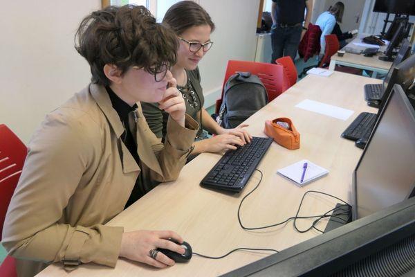 Lilou et Marie, élèves de 3e, apprennent à coder grâce au stage Girls'R Coding à Dijon.