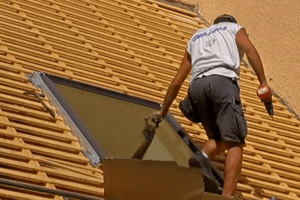 Couvreurs, charpentiers... difficile de travailler sur les toits sous un soleil de plomb