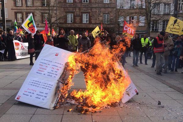 Place du Bourg à Rodez, devant la préfecture, le projet de loi a été brûlé.